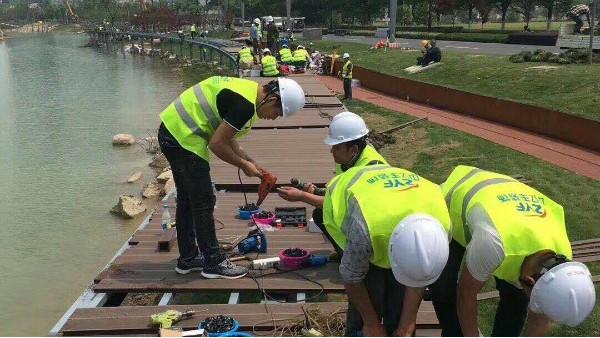 常州河边塑木护栏施工进行中